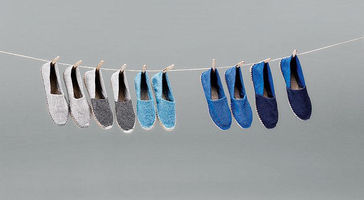 על חבל כביסה נתלו, כמו לייבוש, הנעליים שהוכנו מאותו חומר. עבודה של HENRIK TJAERBY