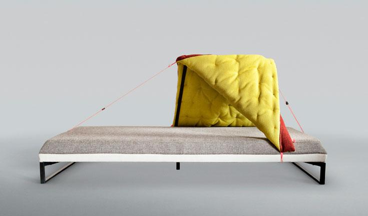 """איזה אופי יכול להיות לחומר מוגדר? קתרין גריילינג עיצבה את HIDE AND SLEEP, משחק מלים על """"מחבואים"""", שהופך את השטיח לשמיכה ומסתור"""