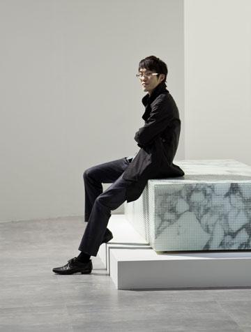 סאטו מדגמן את ספסל האמבטיה (למי שיש מקום לכזה), שעשוי שיש קאררה מצופה באריחים שקופים