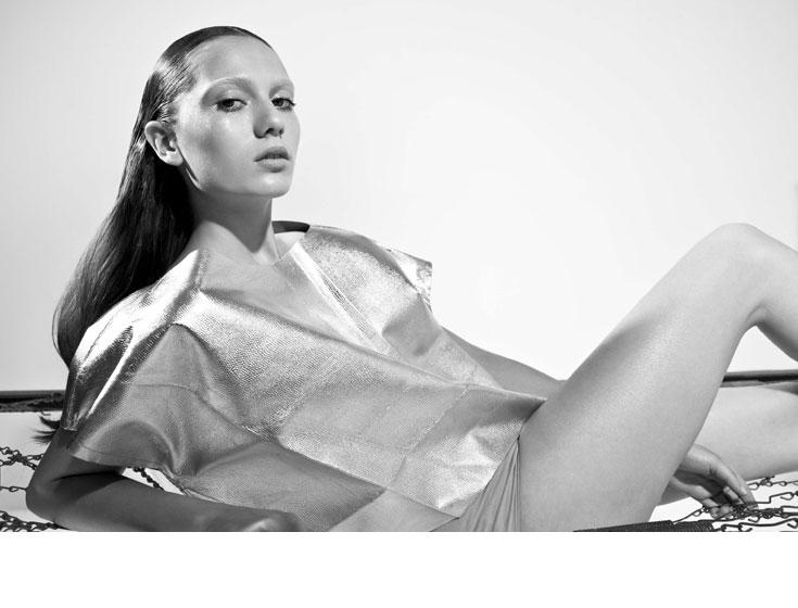 """צלם האופנה הוותיק רון קדמי בוחר בדוגמנית הטרייה והאלמונית שרה שטרית כמוזה שלו לקיץ 2012. מן הסתם, הבחירה הזו תעלה את מניותיה בתעשייה. """"שרה היא חלק ממגמה עולמית של דוגמניות עם לוק אנדרוגיני על גבול החייזרי"""", מסביר קדמי. """"המבט הנשקף מעיניה מעניין ומרגש. המראה שלה נתון לשינוי בהתאם לקונספט, לסטייליסט ולצלם. כל זה הופך אותה לדוגמנית מעוררת השראה"""" (צילום: רון קדמי)"""