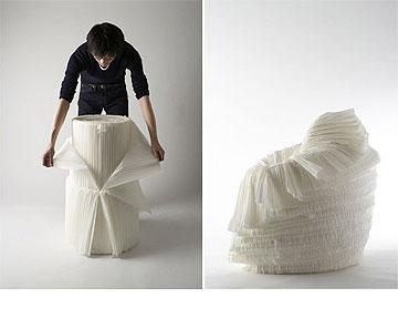עיצוב אייקוני שנולד משאריות: ''כיסא הכרוב'' שכל קונה מקלף מתוך גליל (מתוך nendo.jp)