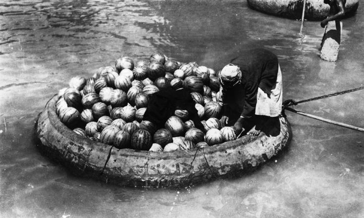 כשיש חידקל - מי צריך עגלה? רפסודה עמוסה באבטיחים בבגדד, 1918 (צילום: gettyimages)