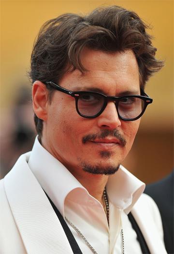 ג'וני דפ במשקפי מוסקוט. לא מסיר אותם מהחוטם היפה שלו (צילום: gettyimages)