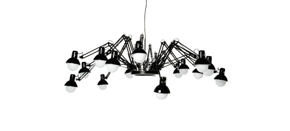 מנורת העכביש, מחווה למעצב התאורה הנודע אינגו מאורר, מורכבת מ-16 מנורות קריאה שולחניות. זכתה להצלחה מסחררת