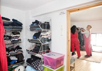 סלסילות הבגדים הוסבו לשידת נעליים (צילום: ענבל מרמרי )