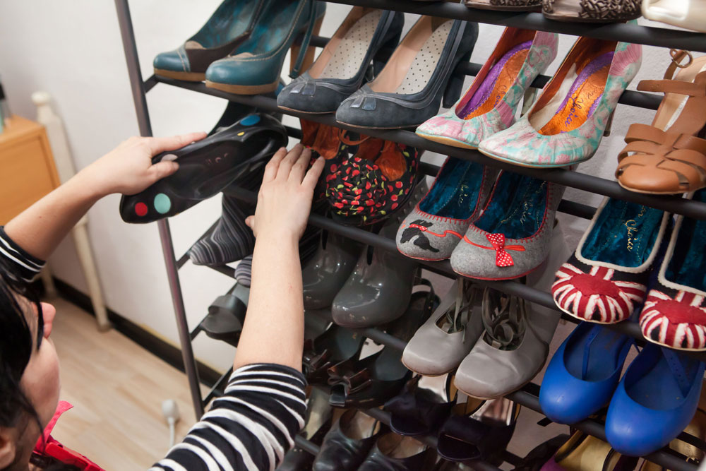 מעמדי נעליים ייעודיים. דרך מצוינת לשמור הרבה זוגות בצורה מסודרת ונגישה (צילום: ענבל מרמרי )
