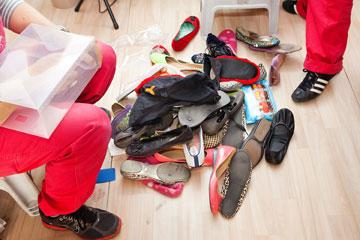 דקות, קלות וזולות. קופסאות פלסטיק לאחסון נעליים (צילום: ענבל מרמרי )