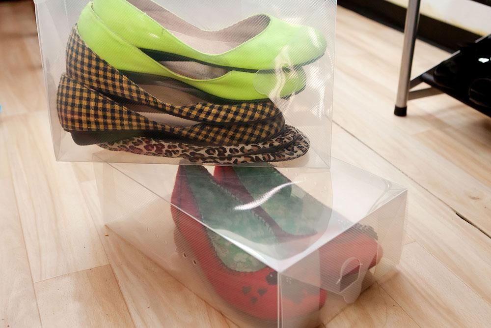 דקות, קלות וזולות. קופסאות פלסטיק לאחסון נעליים, שניתן לערום זו על זו (צילום: ענבל מרמרי )