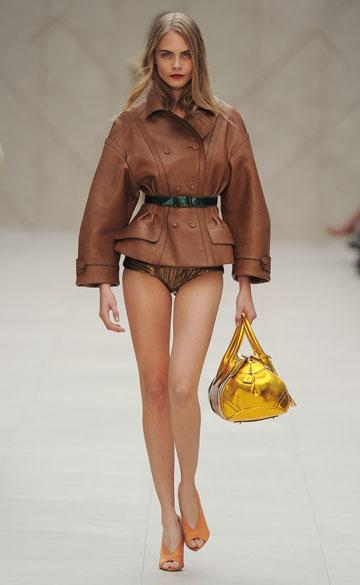 על המסלול: קארה דלווין בתצוגת אופנה של ברברי (צילום: gettyimages)