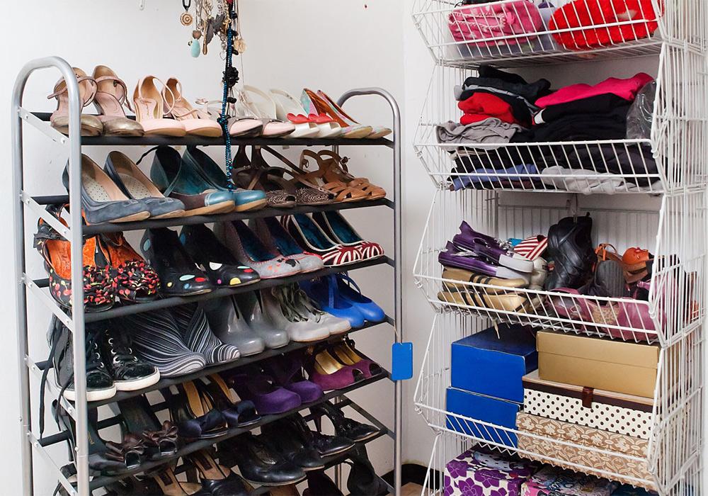 מאה זוגות נעליים מסודרים באופן  פרקטי ונאה לעין (צילום: ענבל מרמרי )