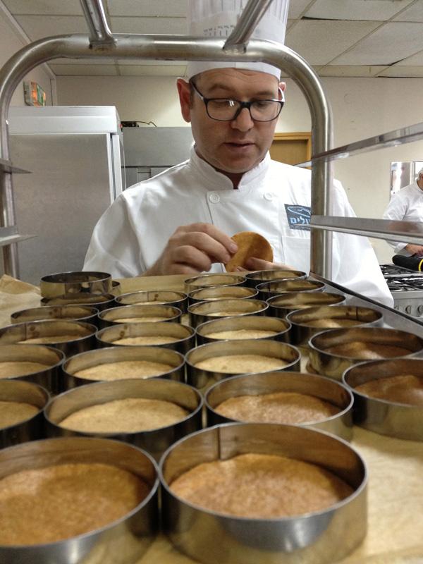 משתמשים בחמאה מלוחה. חגי ובסיס הבצק הפריך של עוגת הגבינה (צילום: מרב סריג)