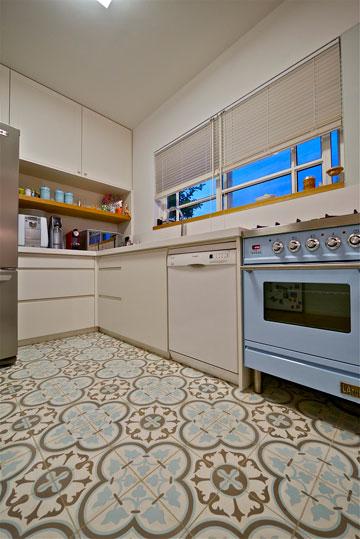 תנור בגוון תואם לאריחי הבטון המאויירים (צילום: איתי סיקולסקי)
