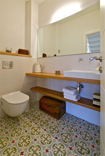שירותי האורחים. רצפה מאוירת אחרת בכל אחד מחדרי הרחצה (צילום: איתי סיקולסקי)
