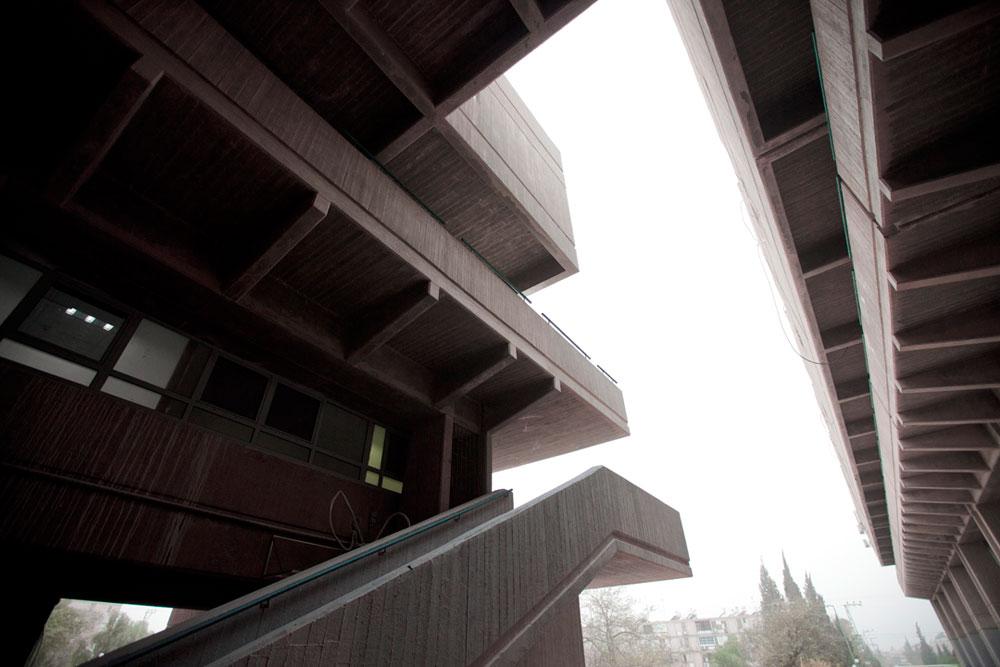 כרמי היה ממייצגי האדריכלות הברוטליסטית בישראל. בתמונה: ''מרכז הנגב'' בבאר שבע, פסאז' אדיר מבטון עם דירות יוקרה (לשעבר) בקומות העליונות, שעל תכנונו זכה בפרס רכטר ב-1967  (צילום: רועי אבנטוב)