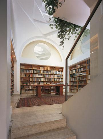 דירתו של רם כרמי בבית רוזמרין, שאותו תכנן. כניסת אור טבעי (באדיבות רם כרמי אדריכלים)