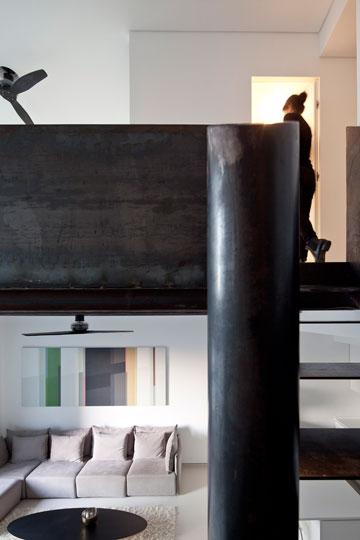 המעקה מסתיר את המיטה שבגלריה. למטה: מבט מכיוון המיטה (צילום: עמית גרון)