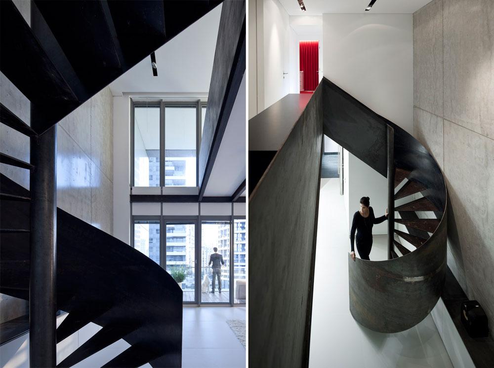 את הקיר הגבוה ''מלווה'' גרם מדרגות מברזל חשוף - האלמנט הבולט בחלל. המדרגות ''מרחפות'' ומינימליסטיות, אך המעקה עשוי יריעת ברזל אחת, המתפתלת מלמטה למעלה (בהשראת הסרט שבו משתמשות מתעמלות אמנותיות) ומכניסה היבט פיסולי לחלל (צילום: עמית גרון)