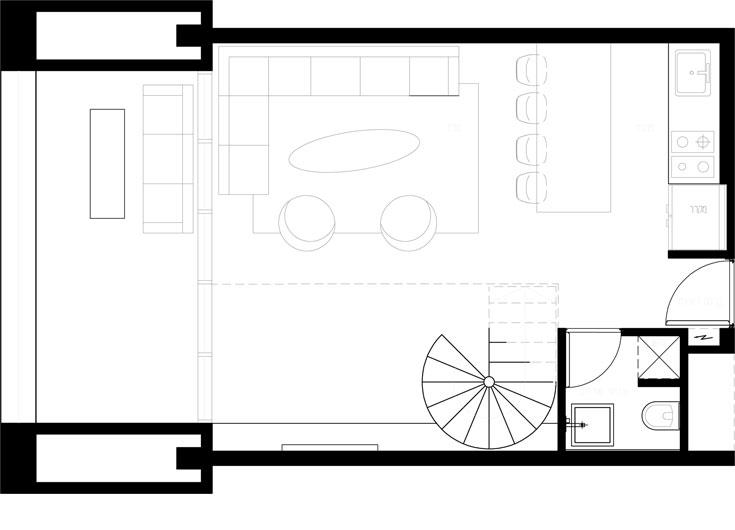 תוכנית הקומה התחתונה: מימין לדלת הכניסה המטבח, משמאל שירותי האורחים. בין המטבח לסלון ''אי'' לעבודה ואכילה. שטחן של שתי הקומות יחד - 90 מ''ר  (באדיבות גרסטנר אדריכלים)