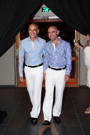 """גיל אטלן ושלום גמליאל. """"החלטנו שהלוק הראשון – חולצות עם הדפסים דומים ומכנסיים לבנים - ייצור מראה של 'אנדר דרסד', כדי שאחר כך נפתיע בלוק של החליפות"""" (צילום: רווית טורקיה)"""