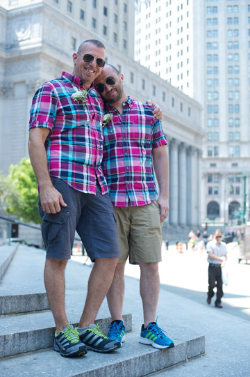 החתונה השנייה של עופר ברק ויואל עמר. חולצות משובצות תואמות מאולד נייבי (צילום: גורן וליץ')