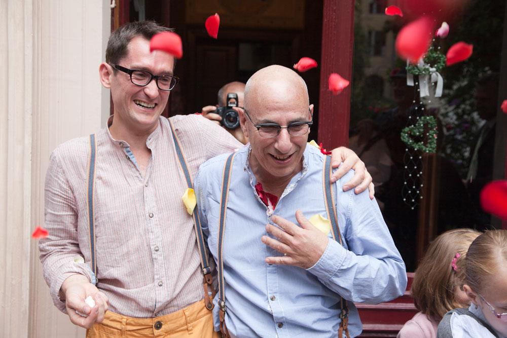 """אורן ואלכס מירון בחתונתם. """"לא תכננו להתלבש באופן דומה, אבל כך יצא"""" (צילום: Natalie Toczek )"""