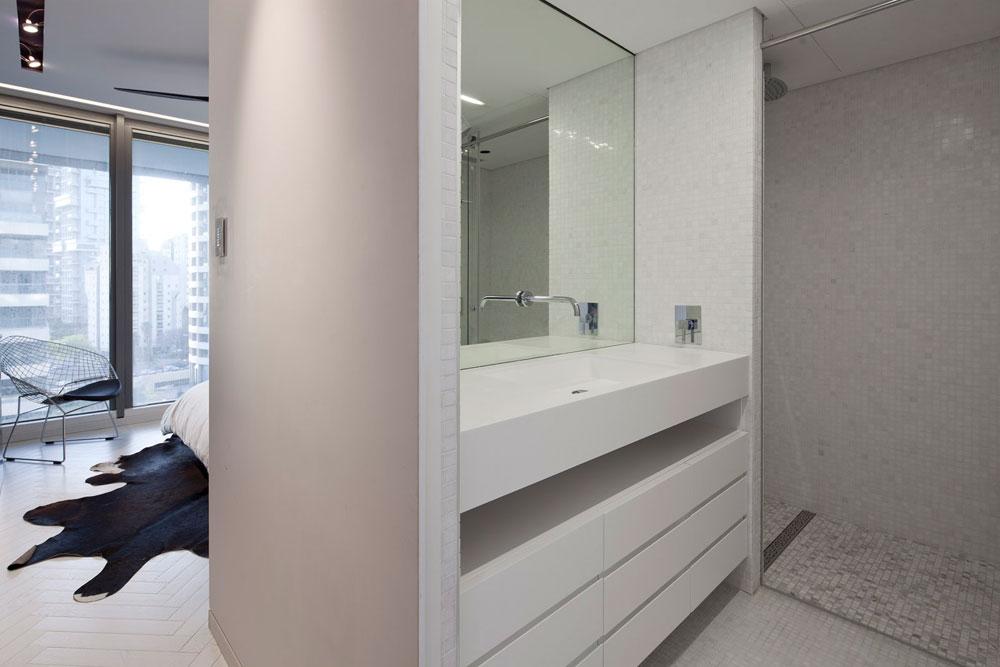 חדר הרחצה שבאמצע קומת חדרי השינה. הקירות והרצפה חופו בשיש ''טאסוס'' לבן, שהוזמן בחיתוך פסיפס, שהוריד את עלותו מ-1,500 ל-200 שקלים למ''ר (צילום: עמית גרון)