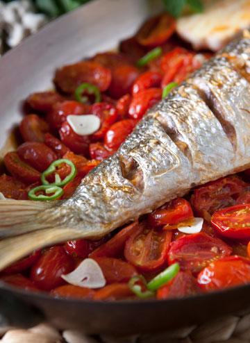 דג בורי בתנור ברוטב עגבניות שרי חריף (צילום: שירן כרמל, סגנון: מיכל קאופמן)