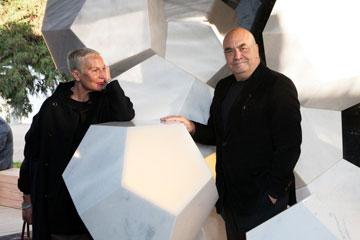 האדריכלים פוקסאס מציגים גופי תאורה בעיצובם, במרכז הירידים מילאנו שאותו תיכננו. שבוע העיצוב, 2013 (באדיבות STUDIO FUKSAS)