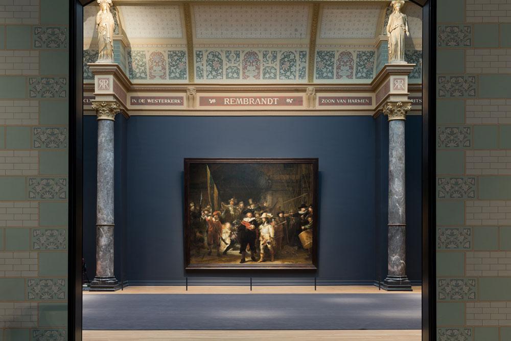 היהלום שבכתר: ''משמר הלילה'' של רמברנדט, חלק מ''היכל התהילה'' שנמתח על הציר המרכזי של הבניין, בדיוק מעל הכניסה. זו היצירה היחידה שחזרה למיקומה המקורי (צילום: Iwan Baan)