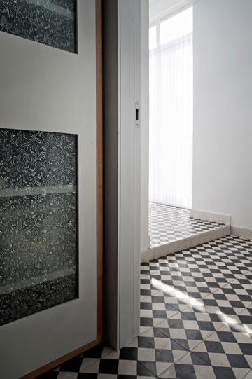 כל חדרי הרחצה בבית רוצפו בדוגמת שח-מט (צילום: עמרי אמסלם)