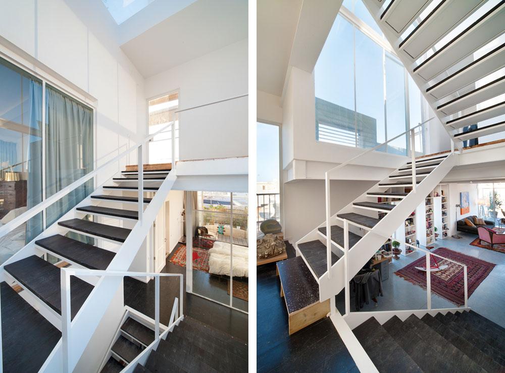 גרם המדרגות עשוי פלדה צבועה לבן, עם מדרכים שבנה אילון מעץ אורן צבוע שחור. קירות הזכוכית ש''מלווים'' את המדרגות וחלון הסקיי-לייט שנפער בתקרה למעלה מאירים את החלל. מימין: המדרגות שמובילות ממפלס הכניסה והסלון לחדר השינה של אילון. משמאל: המדרגות שמובילות ממפלס השינה של אילון לחדרי השינה של ילדיו (צילום: עמרי אמסלם)