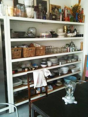 במטבח מדפים פתוחים תוצרת בית (צילום: שרון היבש)