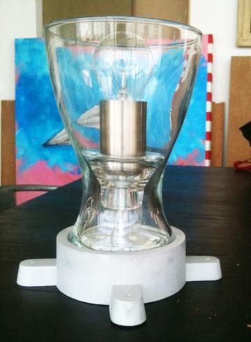 מנורה שעשויה מאגרטל שקוף ומעמד לנר מ''איקאה'' (צילום: שרון היבש)