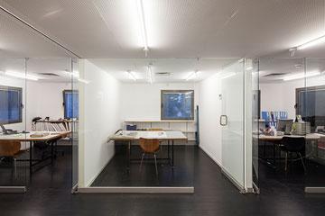 בעורף הקומה המשרדים הפרטיים יותר (צילום: אביעד בר נס)