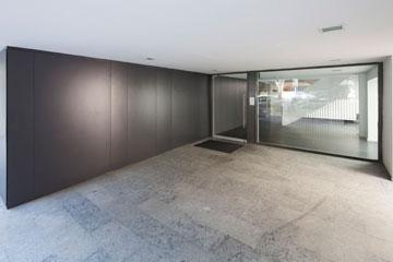 בין הלובי שמוביל לדירות המגורים וזה שמוביל למשרדים מפרידה ''קוביית המערכות'' של הבניין (צילום: אביעד בר נס)