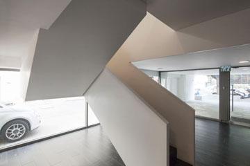 פרקט שחור על הרצפה וגרם מדרגות מסקרן (צילום: אביעד בר נס)