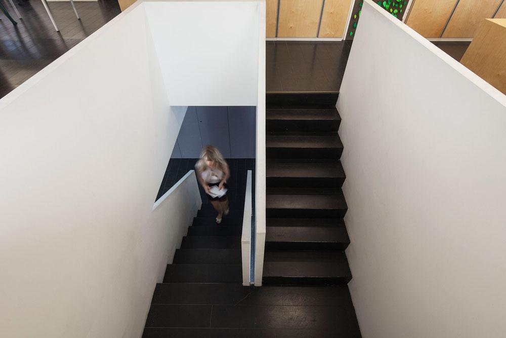 גרם המדרגות המוביל מהכניסה לקומה הראשונה, משכנו של משרד ''זרחי אדריכלים'' הוותיק. משה זרחי הקים אותו ב-1955, בנו דוד מוביל אותו היום, והנכד דניאל הקים את ''סטודיו PEZ'' הצעיר, שנמצא בקומת הקרקע של הבניין (צילום: אביעד בר נס)