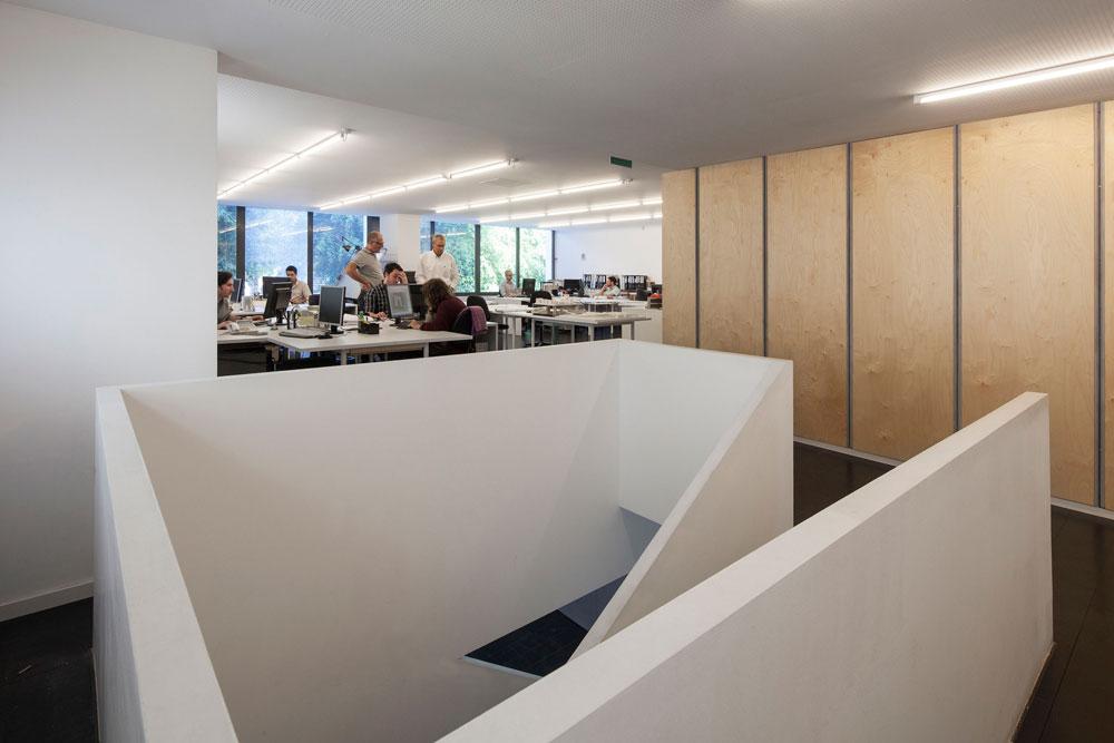 גרם המדרגות והארונות מפרידים בין ''אופן ספייס'' גדול שפונה לרחוב ובין חדרי הישיבות ומשרדים פרטיים יותר, בעורף הבניין (צילום: אביעד בר נס)
