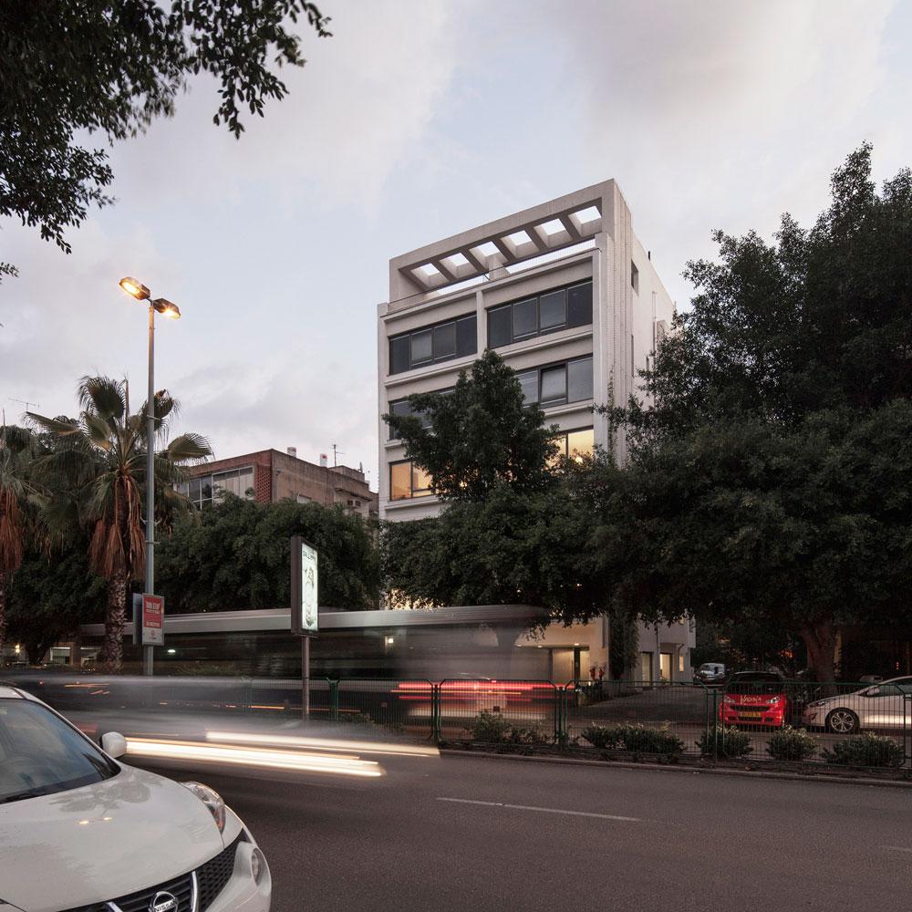 רחוב ארלוזורוב 150, תל אביב. דוגמה מוצלחת לפרויקט של תמ''א 38: לבניין נוספו קומה וחצי, קירות החיזוק הפכו על הגג לפרגולה בנויה עם ''אפיל'' באוהאוסי, וקיומו של מקלט בבניין איפשר לוותר על הוספת ממ''דים. במקום המבנה הגוצי האופייני לפרויקטים של תמ''א 38, הבניין הפך לתמיר ואלגנטי (צילום: אביעד בר נס)