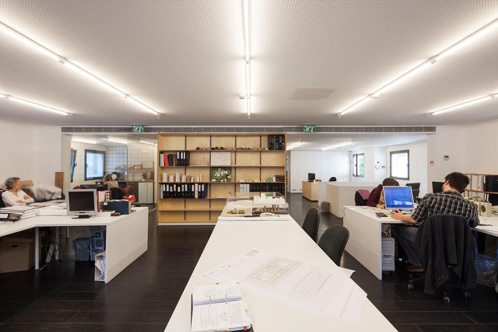מבט מתוך ה''אופן ספייס'' לכיוון החלק האחורי של משרד האדריכלים (צילום: אביעד בר נס)