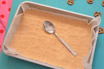 מהדקים את הבצק באמצעות גב של כף (צילום: חני הראל)