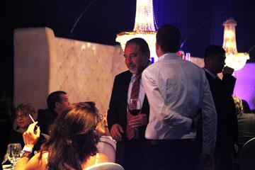 חוגג עם חברים ברחבת ה-VIP. אביגדור ליברמן (צילום: אורית פניני)