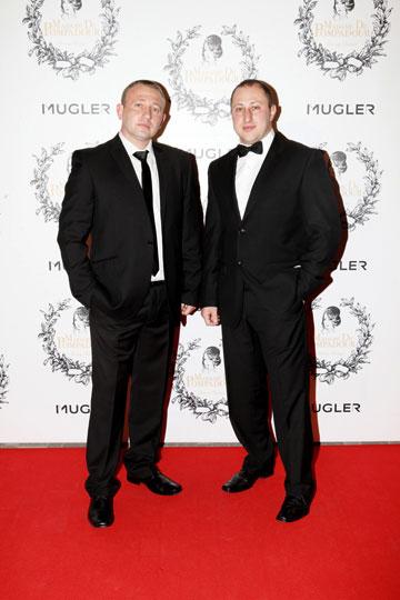 מצייתים לקוד הלבוש. גברים בחליפות ועניבות שחורות (צילום: אורית פניני)