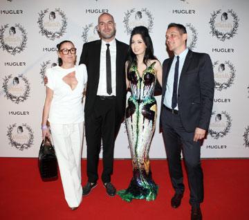 רגע לפני תצוגת האופנה. ראידמן והצוות של בית האופנה טיירי מוגלר (צילום: אורית פניני)