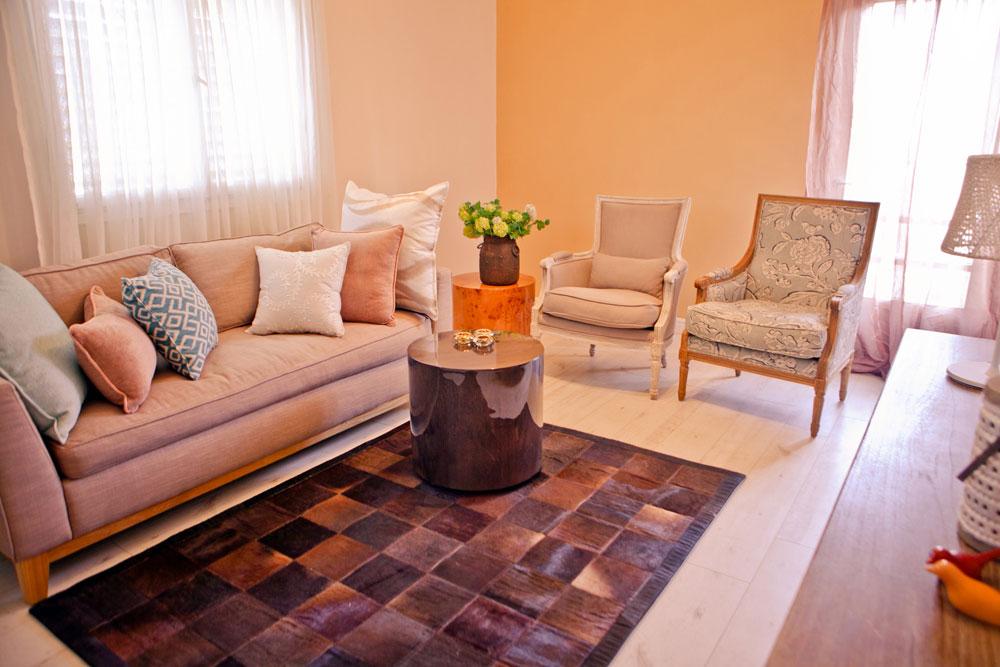 צבעוניות פסטלית וסולידית. הסלון (צילום: אבישי פינקלשטיין)
