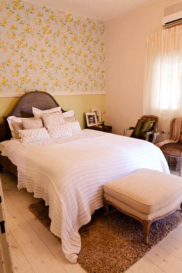 """""""אווירה רומנטית ומזמינה היא מאסט בעיצוב חדר שינה"""" (צילום: אבישי פינקלשטיין)"""