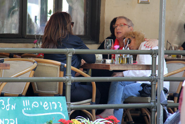 זה טוב, זה טוב. לופטין (מימין), הולצמן וארזי בבית הקפה (צילום: ניר פקין)