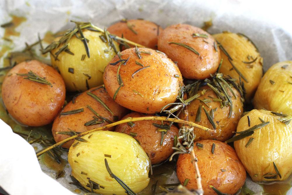 תפוחי אדמה במדורה עם בצלצלים, רוזמרין ודבש (צילום: אסנת לסטר)