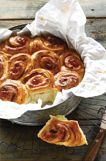 עוגת שמרים במילוי גבינת ריקוטה וריבה (צילום: סטודיו אסם)