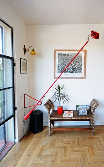 ספסל דמשקאי ומנורה מפח אדום (צילום: נעמה כנפו)